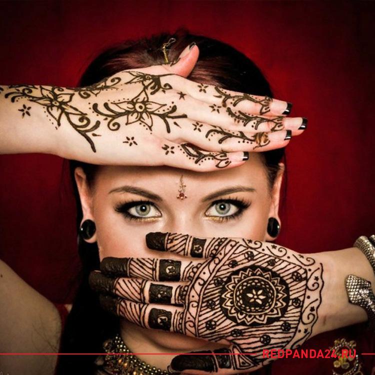 Девушка с татуировками из хны на руках